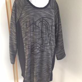 Skøn varm kjole eller tunika i polyester. bm 73 x 2 og læ 87 cm.