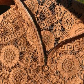 Rigtig fin blonde bluse med lynlås detalje foran .  Kort ærme  Farven er rust - orange , fed farve  Str S   Mærke : Moves by minimum Sendes med DAO på købers regning Prisen er fast - bytter ikke .