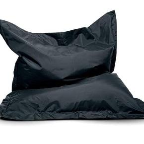 Jeg sætter denne sækkestol til salg, som næsten er som ny. Den er kun brugt ganske få gange, da jeg aldrig har haft pladsen til den i min lille lejlighed, og derfor har den stået i mit depotrum i 5 år. Det er lidt ærgerligt at skulle af med den, men kommer ikke til at bruge den.