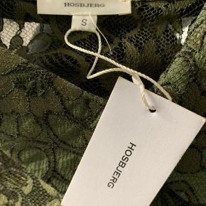 Smuk skjorte fra Hosbjerg. Aldrig brugt. Nypris 700. Kan fitte en S og M. Kan sendes hvis køber betaler for fragt.