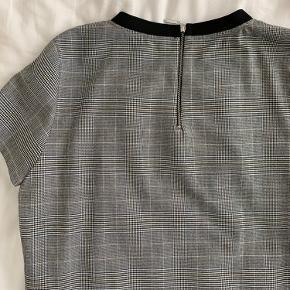 Ternet t-shirt med lynlås i nakken, som jeg desværre ikke får brugt