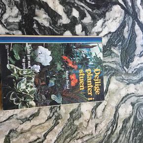 Brand: Det blå bibliotek Varetype: Håndbog om stueplanter Størrelse: 13/5 x 19/5 Farve: Som den et Prisen angivet er inklusiv forsendelse.  Dejlige planter i stuen. Bogen fandt jeg i en kasse på loftet men fejler ikke noget. Skal ikke koste meget.