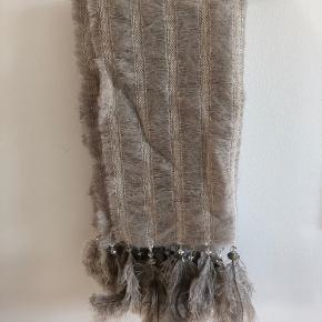 Super smukt tørklæde købt i Buch. Det er lagt dobbelt, så det er dejlig stort.