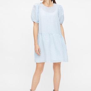 Smuk kjole med underkjole, så den ikke er gennemsigtig. Har været brugt én gang 🌸    Materiale: 65% polyester, 35% bomuld.