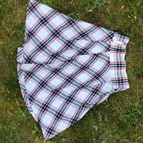 Megafed, ternet nederdel med underskørt, som jeg har brugt en del. Der er hul i den ene lomme, ellers i fin stand. Det faste stykke øverst sidder i taljen. Den er rigtig pæn 🤗