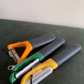 Joseph Joseph forskellige typer af skrællere. Sælges samlet eller enkeltvis. Orange, grøn og gul. Prisen er for samlet. Aldrig brugt.  Sender ikke: Kan afhentes på Frederiksberg eller i Greve.
