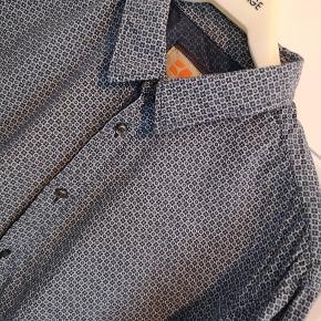 Hugo Boss Orange herreskjorte i blåt mønster. Så pæn som ny, brugt meget få gange. Slim fit.
