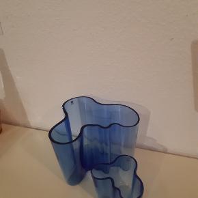 En stor og en lille Alvar Aalto Iittala vase i marine blå