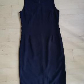 In Town / Intown Den lille sorte Sort simpel kjole Str. 36  Bæltet mangler