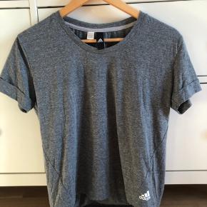 Løbe t-shirt fra Adidas i en str. S. Aldrig brugt og god kvalitet