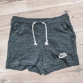 Fine shorts i blødt Jersey med stikkommer og elastik og snøre i livet. Passer en alm str s. Aldrig brugt og er i perfekt stand. Bytter ikke.