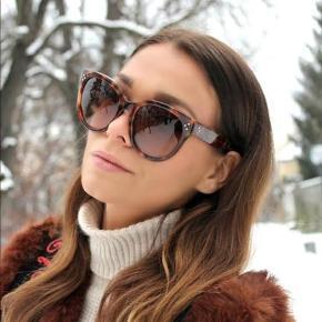 Sælger disse fine Céline solbriller. De er brugte men i fin stand og trænger kun til at blive strammet ind ved en optiker 😊 Modellen er Big Audrey
