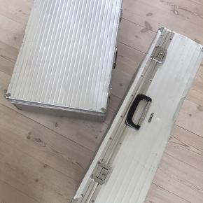 Sælger disse utroligt fine retro metalkufferter, som desværre er et fejlkøb. Så ærgerligt, at vi ikke kan få størrelsen til at passe ind i vores stue. Målene er 29x52x78, der er nøgler til. Tag begge for 200 kr., eller 150 kr. pr. Kuffert.