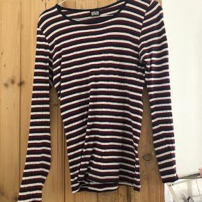 Fin 101 bluse i 3 farver. Den er brugt og vasket. Men fejler intet:)