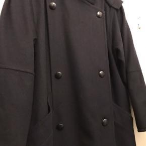 Fineste uldfrakke fra Lodenfrey.  Den har smukke detaljer som læg, spændetamp og læderknapper.  Jeg kan desværre ikke tilbyde at tage billeder med den på da jeg ikke passer den. Den er en stor 40. Vil vurdere at den ligeså fint passer en 42. Køber betaler Porto og gebyr.