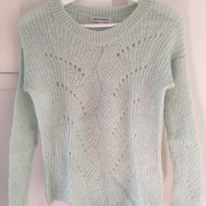 Blød sweater fra Second Female i flot mintgrøn farve. 40% polyamid, 32% mohair og 28% uld.  Perfekt stand. Bytter ikke. Kan afhentes eller sendes, fragt ikke inkl i prisen.