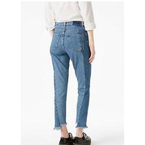 Super fede monki kimomo high relaxed jeans 🌸  Bukserne er i flot cowboy farve og har en mega fed pasform med ripped kant.  Bukserne er str 26 og billeder af mine egne bukser haves, har bare sat model billeder ind da de giver et bedre indtryk af bukserne pasform