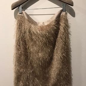 Super smuk nederdel med frynser fra Graumann - aldrig brugt da den er for stor! Lynlås i bag.   !!! Størrelse L men svarer til størrelse M !!!  Køber betaler fragt.