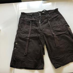 2 par shorts i str. 48 i lækkert elastisk stræk stof - sælges samlet