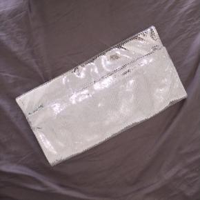 Fed og unik sølv clutch fra Inwear i læder og med palietter udenpå. Den kan foldes ud og har flere rum samt lynlås, super rummelig. Har kostet 1700,- fra ny og har slet ikke været brugt, pris er derfor fast
