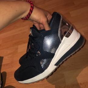 Wedge sneakers fra Michael Kors i navy blå. Brugt max 10 gange. Købspris 1399kr. Kom med bud :-)