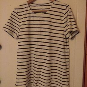 Hvid og blåstribet T-shirt fra Samsøe og Samsøe. Perfekt til det afslappede sommer look. #secondchancesummer