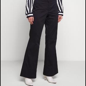 By Malene Birger bukser - style navn: erika. Brugt en gang, fremstår som nye. En str 32 - 36 kan passe bukserne. Jeg er selv en 34/36 normalt.