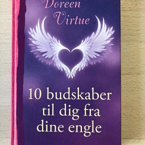 10 budskaber til dig fra dine engle af Doreen Virtue Den succesfulde forfatter Doreen Virtue er tilbage med indsigtsfulde og inspirerende budskaber fra englene. I 10 budskaber til dig fra dine engle kan læseren finde opmuntring, åndelig visdom og blive mindet om de vigtige ting i livet. Englene kender ifølge forfatteren til alle vores inderste spørgsmål, bekymringer og problemer og står klar til at hjælpe, hvis vi åbner os for dem. Bogen giver ro, hvis man er urolig eller stresset og indsigt i livets store spørgsmål, og den styrker i det hele taget læseren i følelsen af ikke at være alene. Bogen kan læses fra ende til anden, eller den kan bruges som vejleder ved, at man slår op på en vilkårlig side med et spørgsmål i tankerne. Den er let læst og fuld af inspirerende, spirituelle indsigter. Hardback, kan sendes m DAO for 39 kr oveni til nærmeste udleveringssted