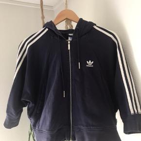 Kort sweat jakke med trekvarte ærmer, lynlås og hætte. Købt i USA. Har lidt brugs fnuller men er i flot stand.
