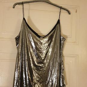 Flot festlig sølv strop top fra h&m i str. M. Brugt få gange. Flot til den sorte nederdel eller buks til julefrokosten 😁   Se mine andre annoncer og find en sæt 😁😉