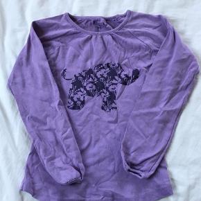 Varetype: Bluse Størrelse: 8 Farve: Lilla  Bluse med elefant, som jeg slet ikke tror min datter fik brugt. Måske en enkelt gang - så 'næsten som ny'. Str 8 år  Mp 40pp