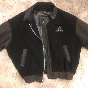 80's Vintage Adidas Original Equipments!  it's a rare adidas leather jacket and it's a heavy material because it's REAL leather and the center part is made of a softer material and it has a oversized fit, size Medium and it's unisex both for guys and girls 👫   Has signs of wear inside the jacket but not bad and the leather is in a very good condition still.  feel free to message me for questions or for more pictures of the garment.