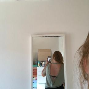 Fin skjorte med åben ryg.  Størrelse medium. Kom endelig med er bud :)