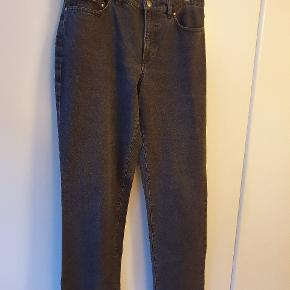 Superlækre jeans fra Pret a Porter med god pasform og i fantastisk kvalitet. Størrelse 46, brune, regular fit. Helt klassiske i 97% bomuld og 3% lycra. Længde 84 cm og talje 88 cm. Benvidden forneden er 44 cm. Nye med prismærke. BYTTER IKKE!