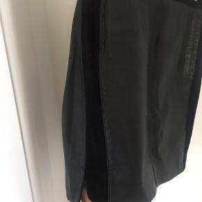 Smuk skind nederdel, med ruskind i siden. Nypris 2800,-