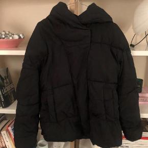 Varetype: Vinterjakke Farve: Sort  Super fin dun jakke fra h&m trend. Dunene har samlet sig, men det burde kunne løses, ved at tørre den med tennis bolde.  Den fejler intet - udover dunene.  Prisen er 150 pp og evt ts gebyr. Jeg bytter ikke