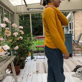 Karry-gul sweater fra envii. Jeg kan ikke huske størrelsen (eller se den), men passer xs og small i hvert fald.