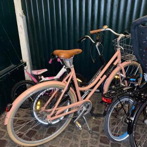 Veloretti cykel, meget lækkert brand fra Amsterdam. Cyklen er købt via deres hjemmeside i sommeren 2017, men er næsten ikke brugt, da jeg hader at cykle. Der medfølger cykelbære, cykelkurv som kan tages af og bruges som indkøbskurv, lygter og ringeklokke samt lås og nøgle. Flere oplysninger/papirer kan findes. Np 6.500 kr med alt.