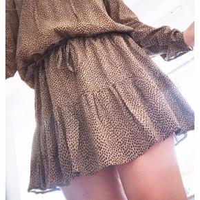 Fin Leo kjole fra Gestuz 🐆👌🏼💛 Lille skade ved snørre på maven, man ser det ikke rigtigt når snørre er bundet. Str. 38