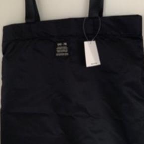 Den sidste: Sort let Tote Bag / 'shopper' i stærkt sportsnylon fra UO. Kan lukkes med tryk lås! Længde ca 40 cm og bredde ca 36 cm samt dybde ca 13 cm - målt i bunden. Sælges for lidt under 1/2 pris plus porto på knap 40 med DAO (Nypris i UO 220)