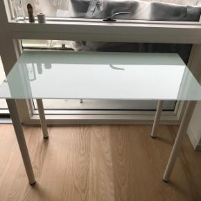 Skrivebord med mat, hvid glasplade fra Ikea.  Få brugsmærker i bordplade.