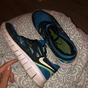 Nike sneakers str 43. Uden mærker og slid, men lidt fnuller indeni skoen - helt uden betydning. Er købt på en Nike hjemmeside, men da jeg ikke kan finde modellen online, så sælges skoene billigt. Trænger blot til en vask