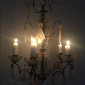 Smuk prisme lysekrone fra Stol & Stage i Hellerup. 5 lys.