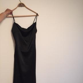 Fin satin kjole med slids fra Na-kd. Brugt en gang. Skriv for flere billeder😁