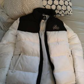 Fed jakke i hvid med sorte detaljer sælges da den ikke bliver brugt.  Fitter ca 170-178   Snup den for 200 inkl forsendelse :-)