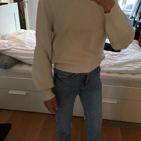Zara sweater/knit with Turtleneck in beige. It's labeled as a L but fits a 34/36 or XS/S.  Condition it like new.  Can be picked up at sydhavn or shipped (+39DKK).