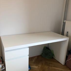 Hvidt Ikea bord til salg. 140cm bredt, 70cm højt. Kom endelig med bud😊