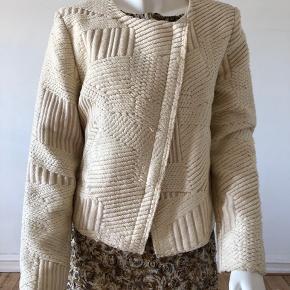 Sælger min Iro Mepsie jakke. Den er brugt og der er lidt brugspor på, ikke som ny.  Se billeder. For en perfekt og imaculate look, en tur på renseri vil gøre jakken super flot. Derfor sælges billig.  Str fransk 42.  Byttes ikke.