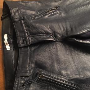 Blå skindbuks, rigtig fine med tynd stofstribe på inderside af lår  Køber betaler fragt
