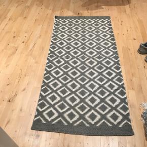 Mønstret løber gulvtæppe købt i De 4 Årstider i Aalborg. Ét år gammelt.
